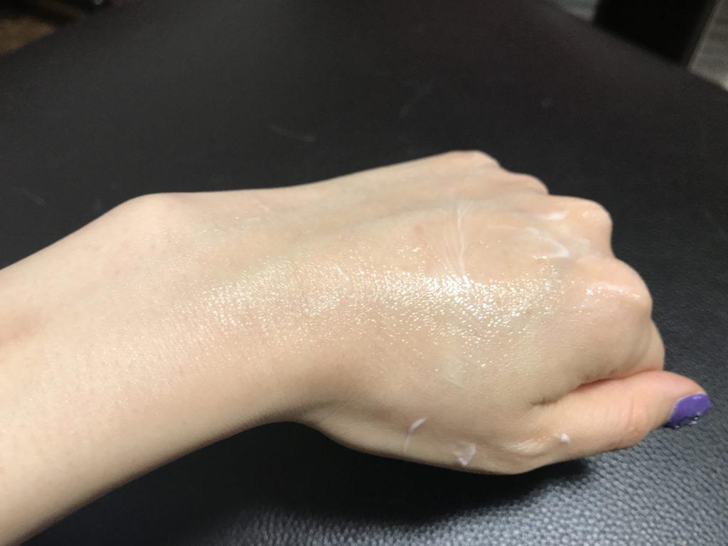 ノエビアスペチアーレ薬用クリームのばしたり、少しなじませた状態の画像