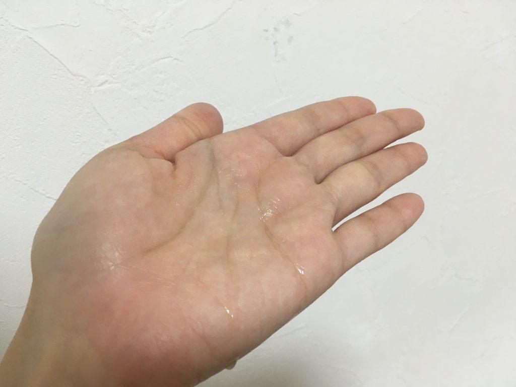 手のひらに化粧水を載せてみた