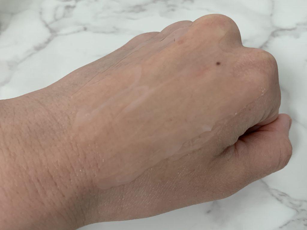 モイスチャーサージ72ハイドレーターを手の甲でのばした画像