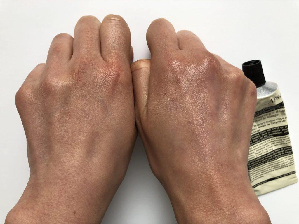 Aesopフェイシャル ハイドレーティングクリーム SZ – SPF15を右手に塗った画像
