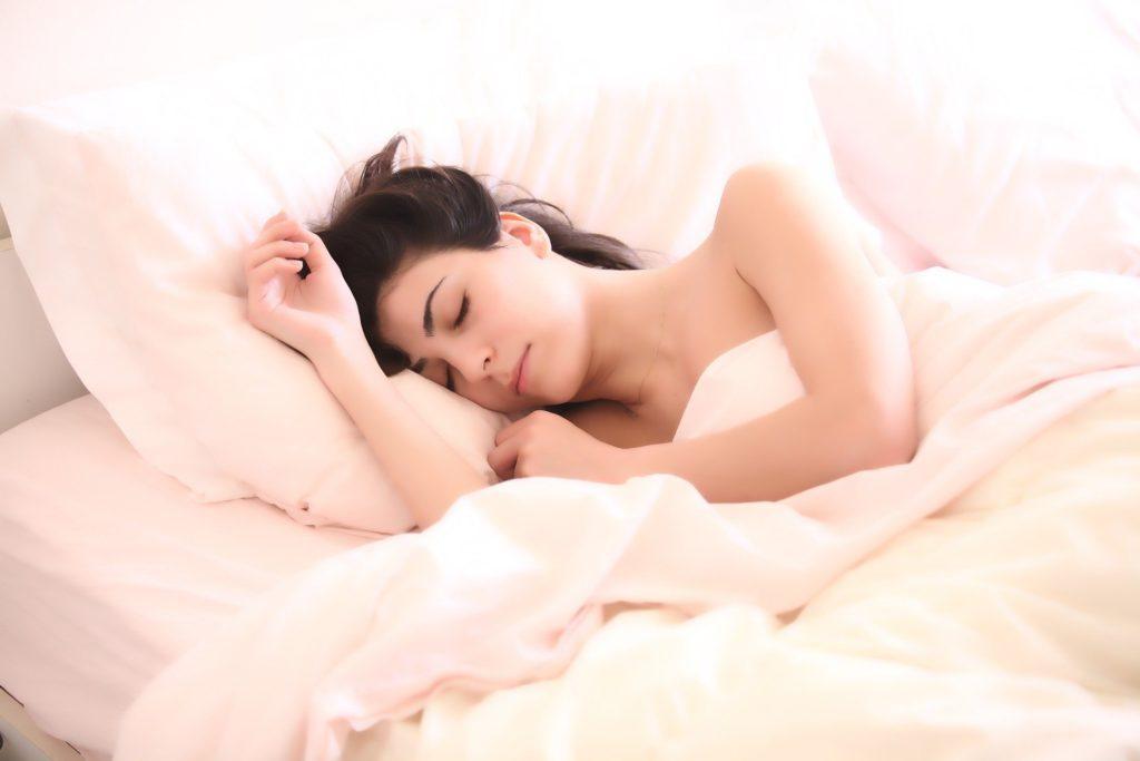ブラジャーをつけずに寝ている女性
