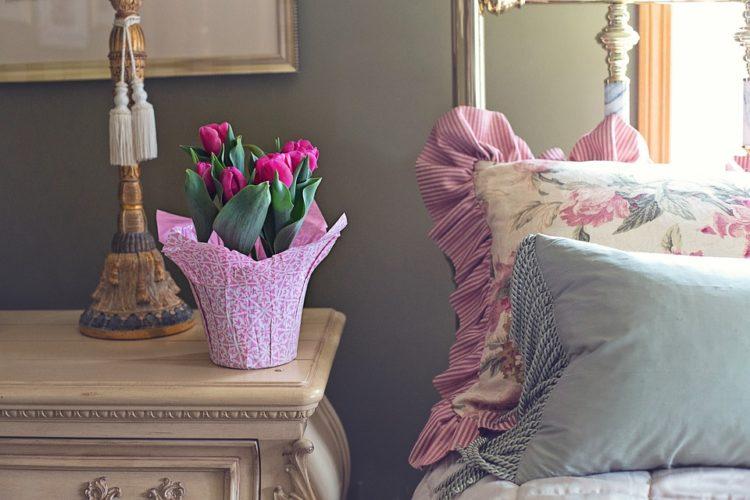 可愛いベッドカバーと花