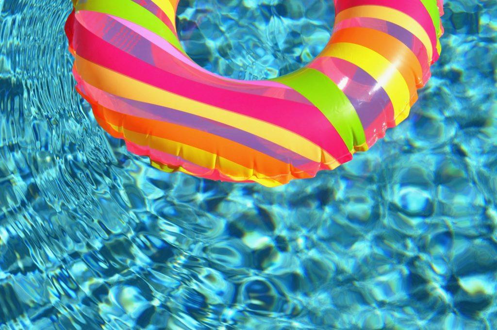 プールに浮かんでいる浮き輪