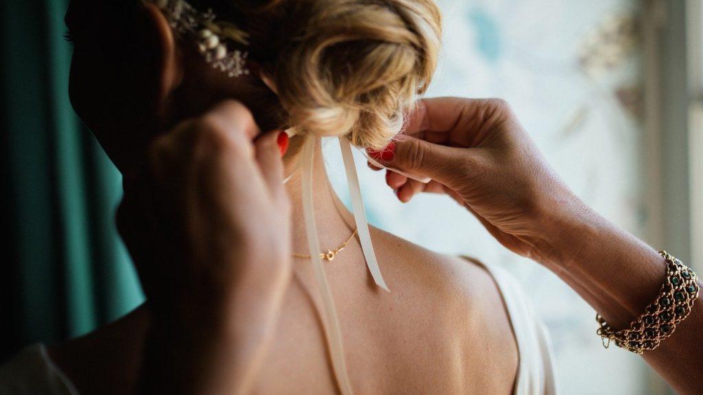 髪の毛にリボンを結ぶ女性