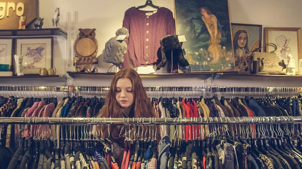 洋服を選ぶ女性