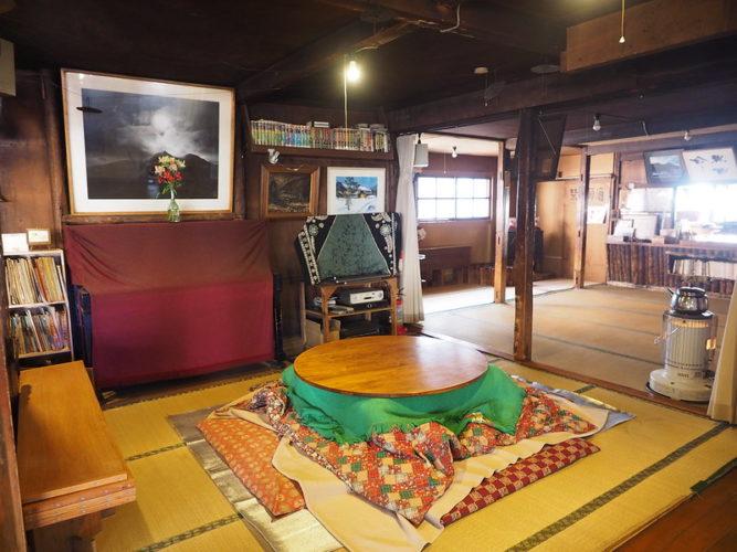 円型こたつのある部屋