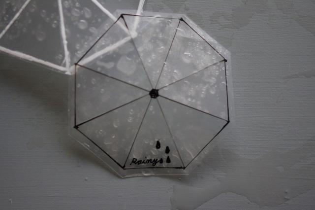 雨に濡れたビニール傘