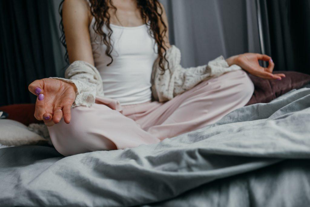 ベッドの上のパジャマの女の人