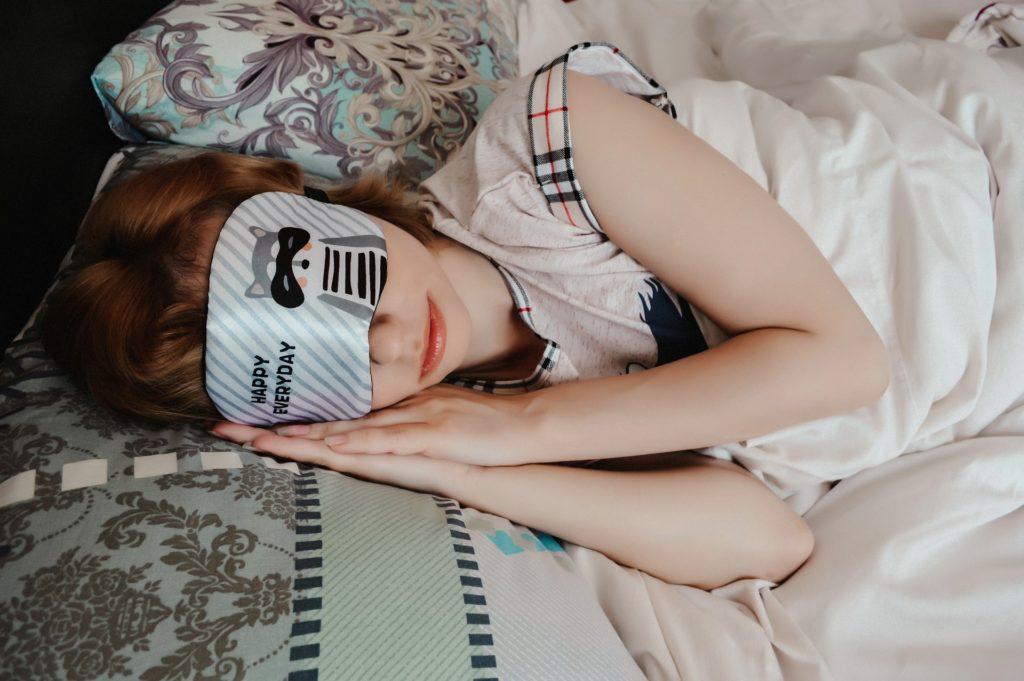 アイマスクをして寝ている女の子