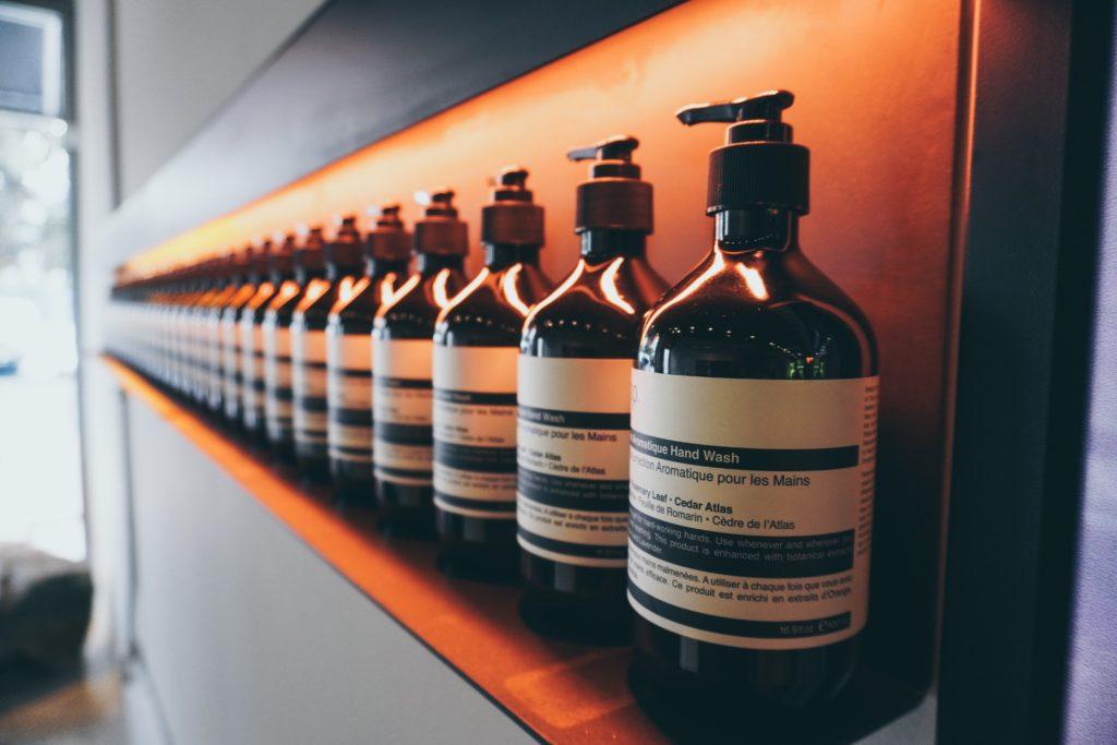 イソップ製品の並んだボトル
